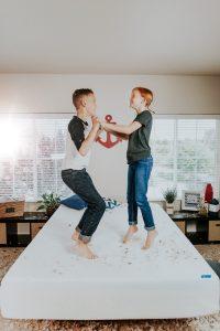 kinder hüpfen auf einer matratze